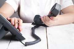 Женская рука держа приемник телефона и набирая номер стоковое изображение rf