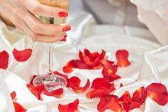 Женская рука держа стекло шампанского Стоковое Изображение RF