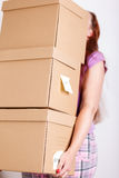 Женская рука держа кучу коричневых картонных коробок Стоковая Фотография RF
