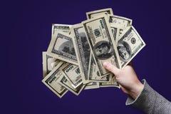 Женская рука держа 100 долларовых банкнот на черной предпосылке C Стоковая Фотография RF