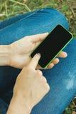 Женская рука держа телефон Стоковое фото RF