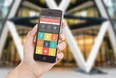 Женская рука держа черный умный телефон с умным домашним applicatio иллюстрация вектора