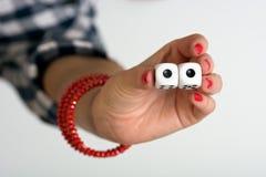 Женская рука держа 2 dices и показывая двойник одно Стоковые Изображения