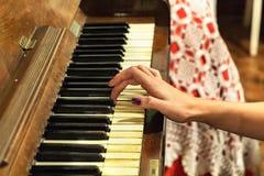 Женская рука играя старый винтажный рояль Стоковая Фотография