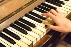 Женская рука играя старый винтажный рояль Стоковое Изображение