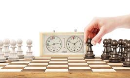 Женская рука играя шахмат стоковые изображения rf