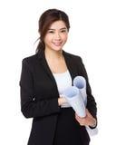 Женская рука инженера держа с светокопией Стоковое Фото