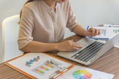 Женская рука используя компьтер-книжку для работы стоковое изображение