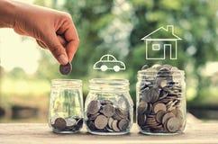 женская рука кладя монетки денег в стеклянные сбережения концепции опарника для стоковое изображение