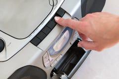 Женская рука нажимает кнопку игры на коробке заграждения стоковое изображение rf