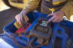 Женская рука начиная начинать блока калибровочной аппаратуры UT прежний работать стоковые изображения rf