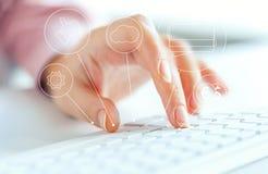Женская рука на клавиатуре с высокотехнологичными значками средств массовой информации стоковая фотография rf