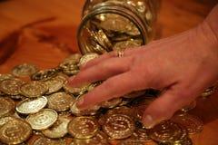Женская рука над монетками Стоковая Фотография RF