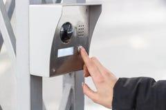 Женская рука отжимает кнопку камеры стоковые изображения