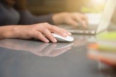 Женская рука печатая на клавиатуре пока сидящ на ее работая plac Стоковая Фотография RF