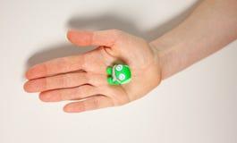 Женская рука показывая малого зеленого изверга пластилина Стоковая Фотография