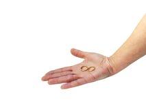 Женская рука представляя 2 обручального кольца золота изолированного на белизне Стоковая Фотография