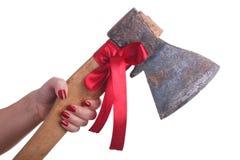 Женская рука при красивейший маникюр держа ось с красным смычком Стоковые Фотографии RF