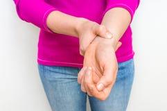 Женская рука проверяя ИМП ульс тарифа сердца на запястье руки стоковые фото