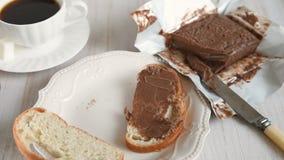 Женская рука размахивает шоколадным маслом на кусок хлеба сток-видео
