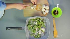 Женская рука режет ножом грибы грибами на тарелке акции видеоматериалы
