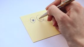 Женская рука рисует смешной smiley конец стороны вверх видеоматериал