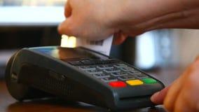 Женская рука с карточкой банка используя стержень для оплаты Концепция оплаты не-наличных денег видеоматериал