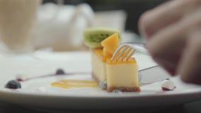Женская рука с ножом и вилка режа свежую часть турецкого сметанообразного торта нуги и гайки r акции видеоматериалы