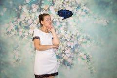 Женская рука с 2 пальцами вниз усмехается и красные губы на голубой предпосылке Стоковое Изображение RF