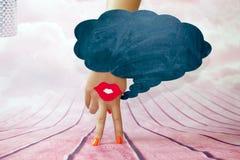 Женская рука с 2 пальцами вниз усмехается и красные губы на розовой предпосылке Стоковое Фото