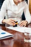 Женская рука с штемпелем Стоковые Изображения
