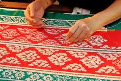 Женская рука тайскую традиционную ткань стоковое фото rf