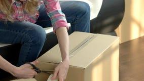 Женская рук коробка упаковки быстро сток-видео