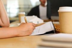 Женская ручка владением руки работая с проектом архитектора Стоковые Изображения