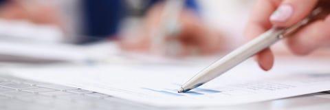 Женская ручка серебра пункта руки, который нужно изобразить дальше Стоковое Фото