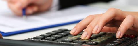 Женская ручка удерживания руки бухгалтера рассчитывать калькулятор Стоковое Изображение