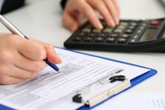Женская ручка удерживания руки бухгалтера рассчитывать калькулятор Стоковая Фотография RF