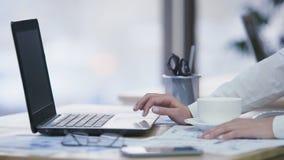 Женская секретарша имея пролом, занимающся серфингом сетчатый и выпивая кофе на рабочем месте акции видеоматериалы