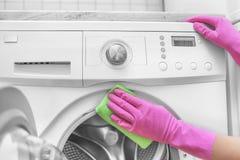 Женская стиральная машина мытья руки Стоковые Фото