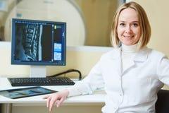 Женская томография или испытание MRI портрет доктора Стоковые Изображения