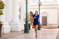 Женская тренировка бегуна в городе Стоковые Изображения