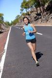Женская тренировка марафонца бежать outdoors Стоковые Фотографии RF