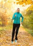 Женская тренировка модели фитнеса внешняя и ход Стоковое Фото