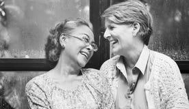 Женская яркая усмехаясь смеясь над концепция счастья дам Стоковые Изображения RF