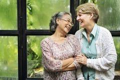 Женская яркая усмехаясь смеясь над концепция счастья дам Стоковая Фотография