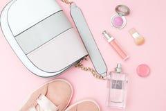 Женские аксессуары и косметики розового цвета на розовом backgro Стоковое Изображение RF
