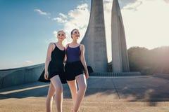 Женские артисти балета представляя для фотоснимка outdoors стоковое изображение