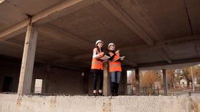 Женские архитекторы в конструкции в особенной форме и в обзоре шлемов и обсудить как их проект строится акции видеоматериалы