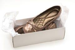 Женские бежевые ботинки на коробке ботинка Стоковое фото RF