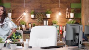 Женские беседы менеджера по телефону пока идущ в офис сток-видео